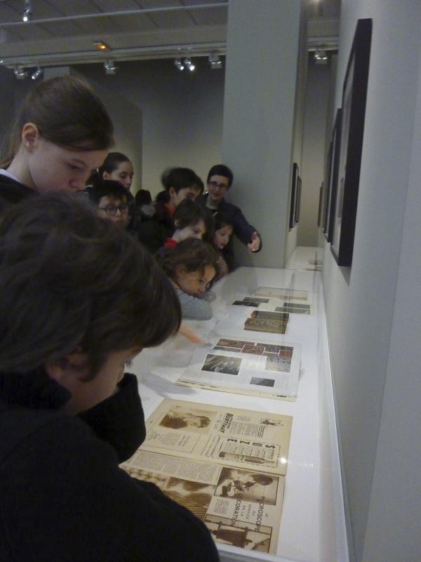 Vitrine présentant les micrographies décoratives de Laure Albin Guillot