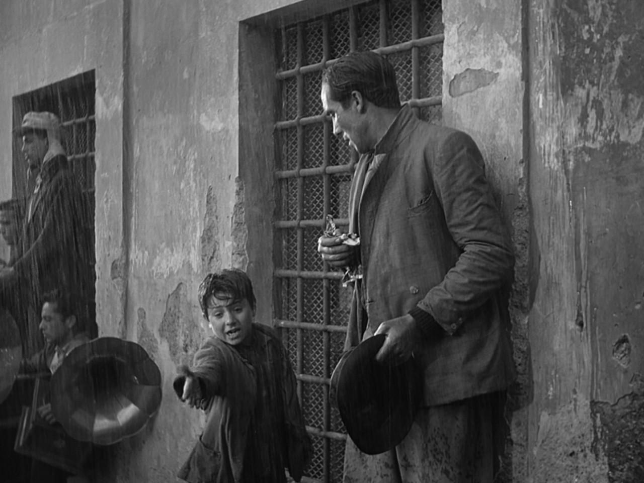 """Photogramme du """"voleur de bicyclette"""" Vittorio De Sica, 1948"""