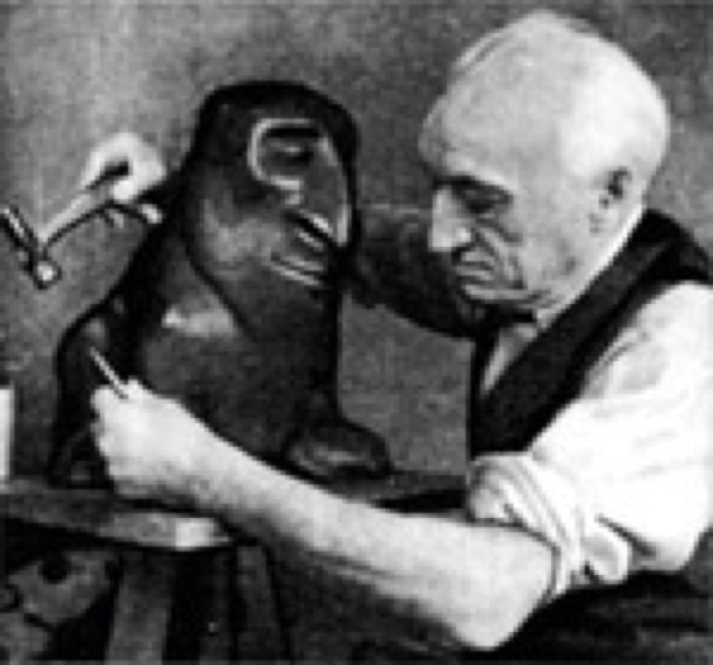 Léopold Chauveau et l'un de ses monstres sculptés