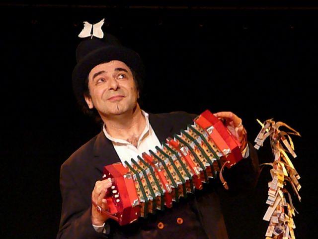"""Paul Maz et son concertina, """"le magicien de papier"""""""
