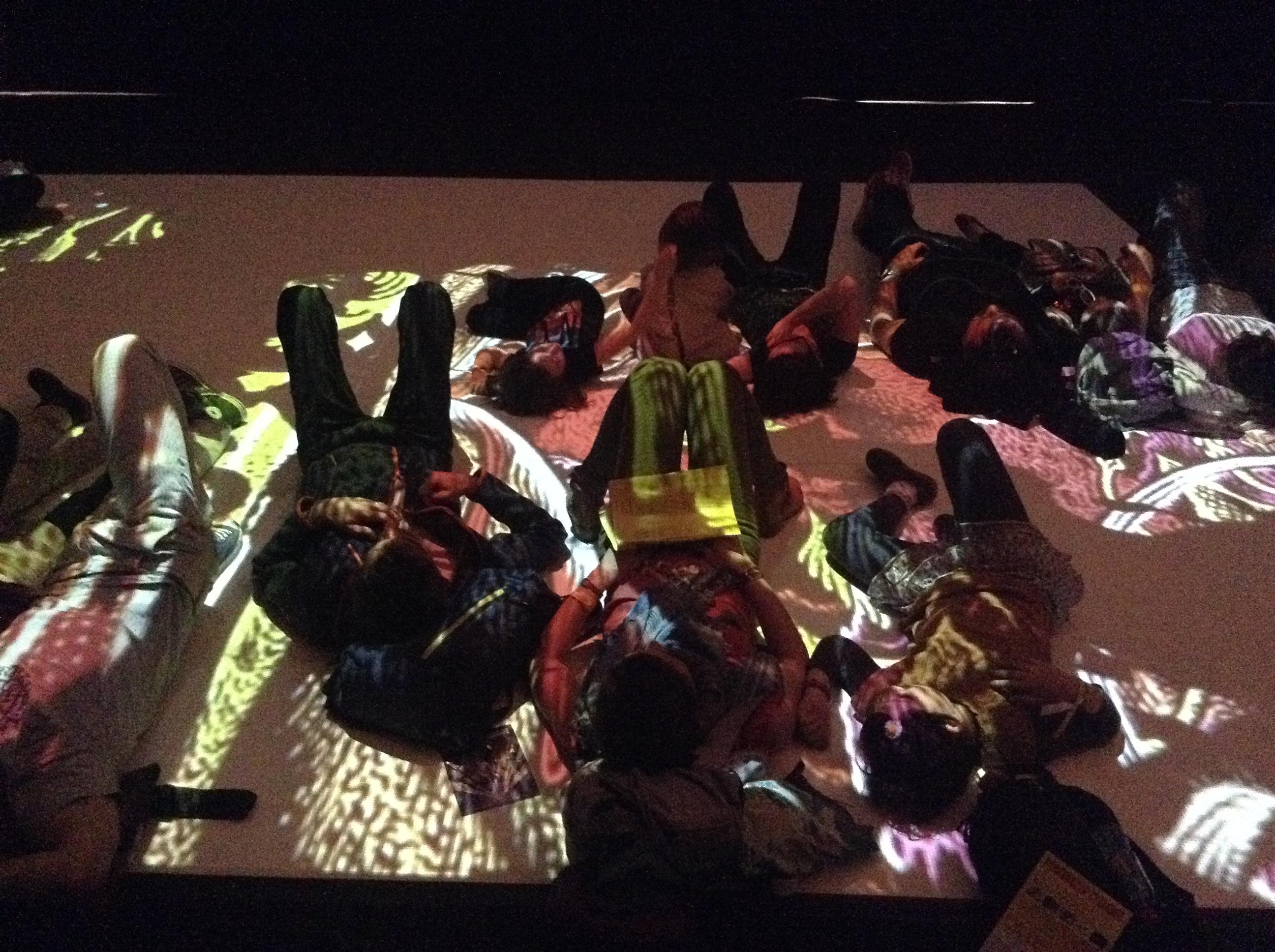 Le public est au centre de l'espace de projection...