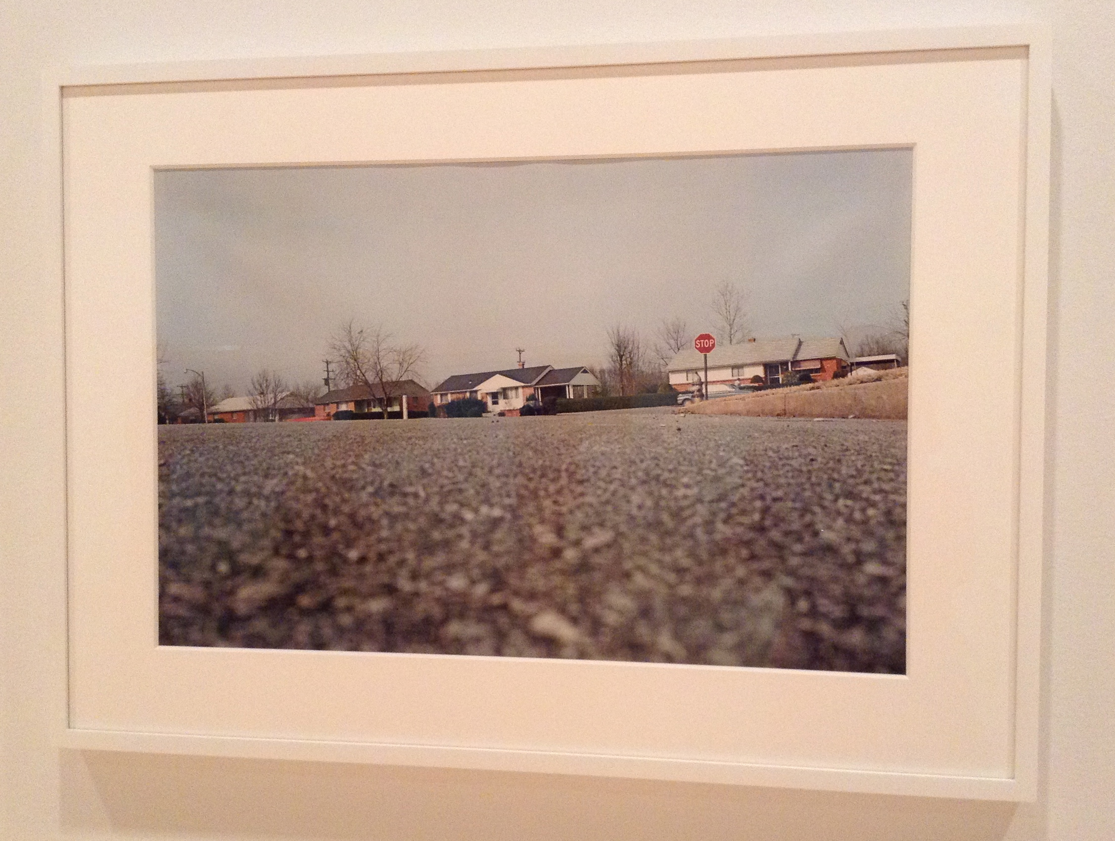 Untitled (Ground view of street) de William Eggleston, 1970