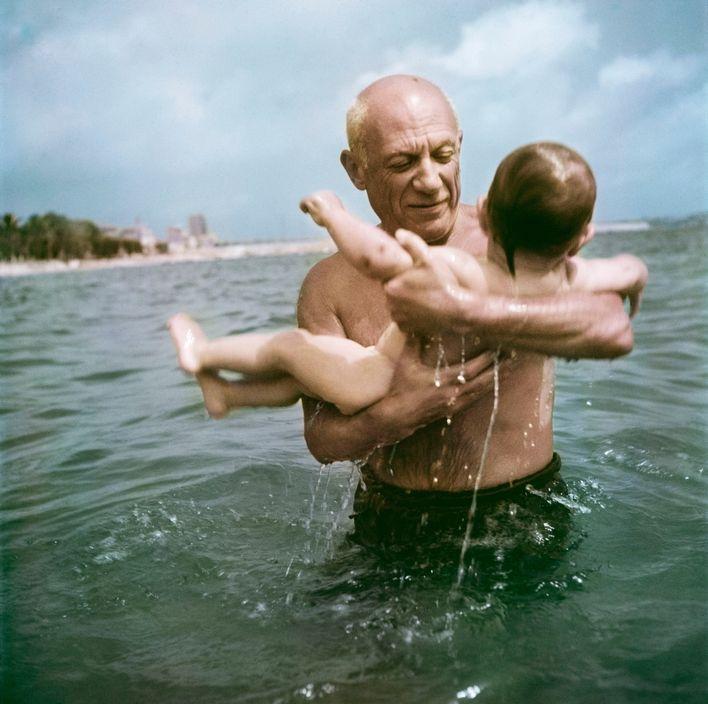 Picasso jouant avec son fils Claude, Vallauris, 1948, © Robert Capa © ICP