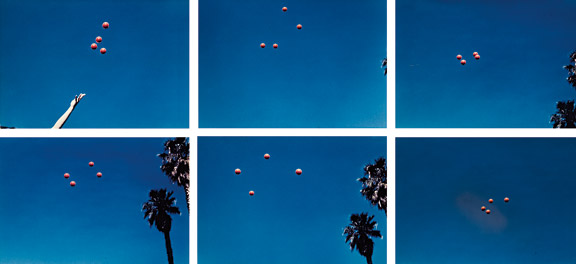 Throwing four balls in the air to get a square de John Baldessari, 1972-73
