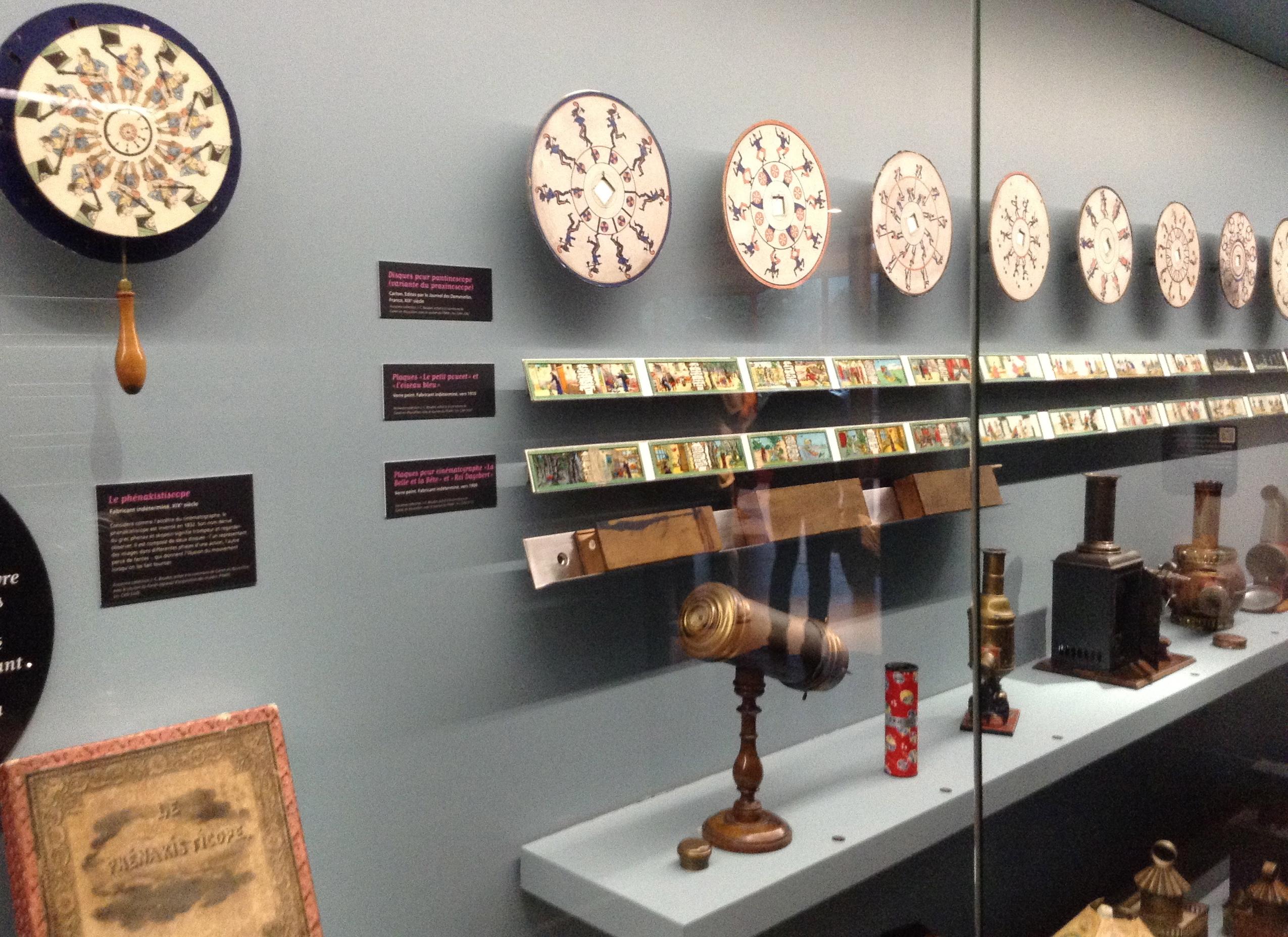 La vitrine des jouets optiques au Musée du jouet