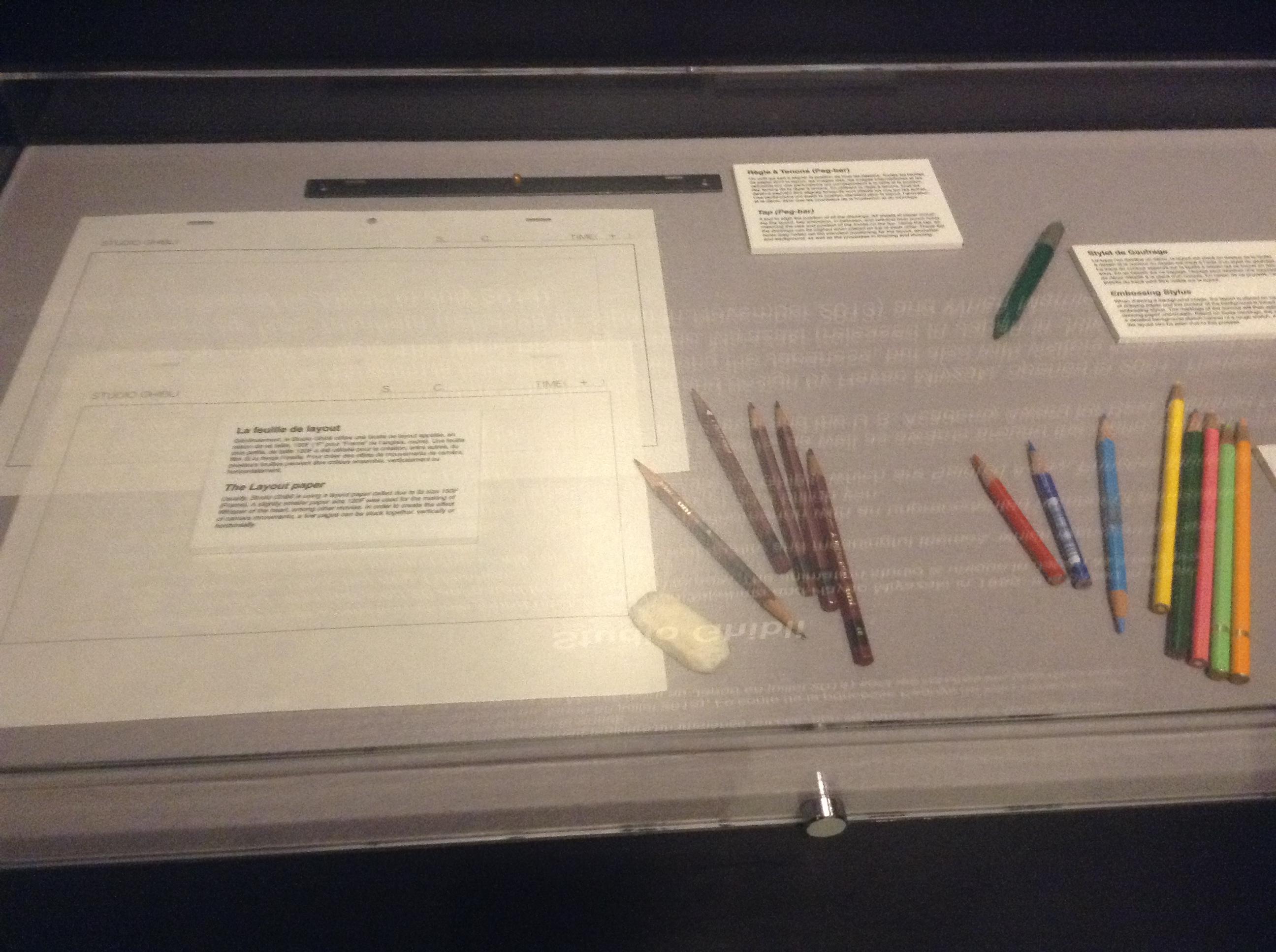 feuilles,  une barre à tenon, crayons graphiques, crayons de couleur, gomme, stylet de gaufrage