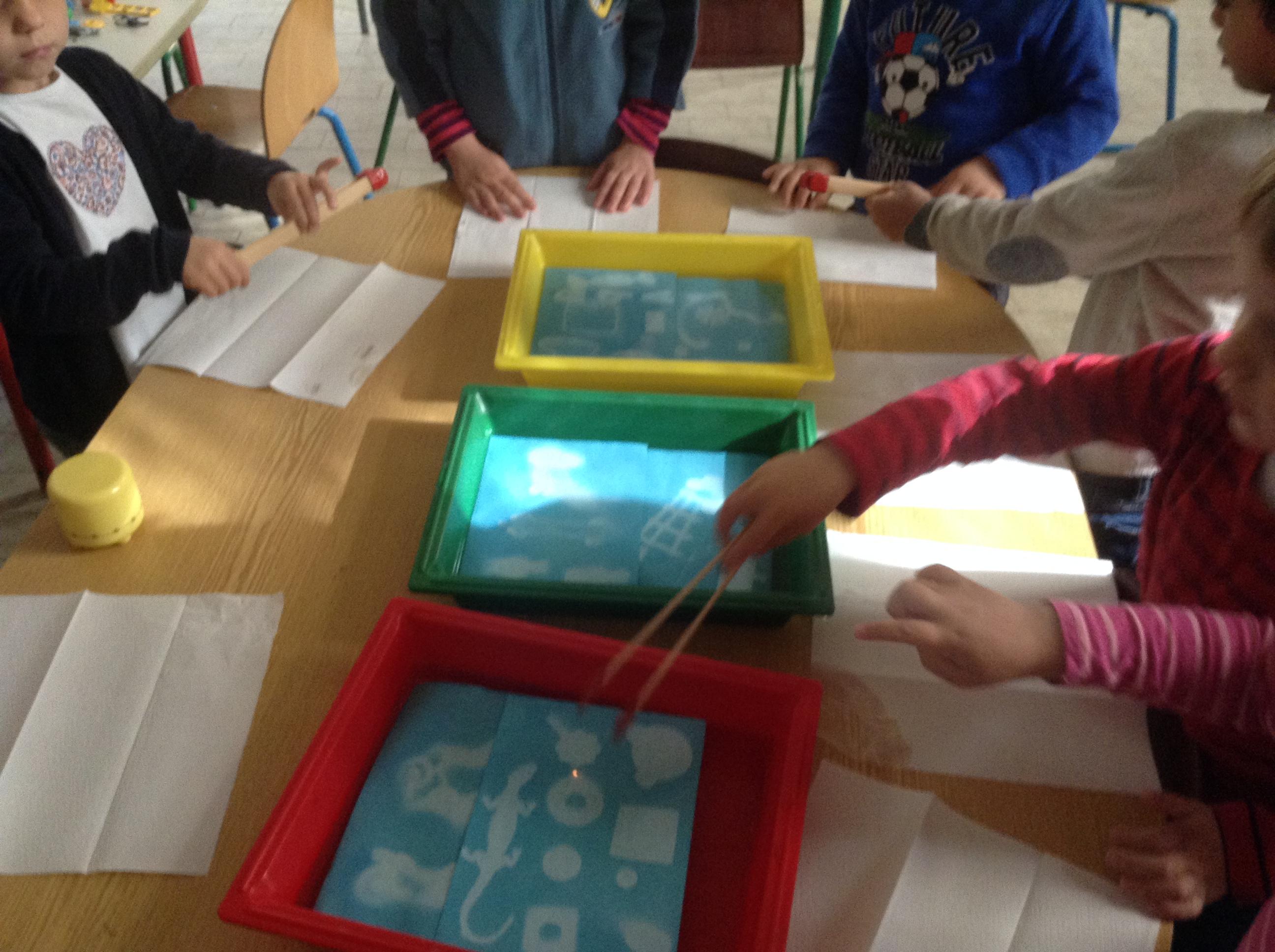 Les enfants de PS d'Amélie Tran dessinent avec la lumière et un papier photosolaire