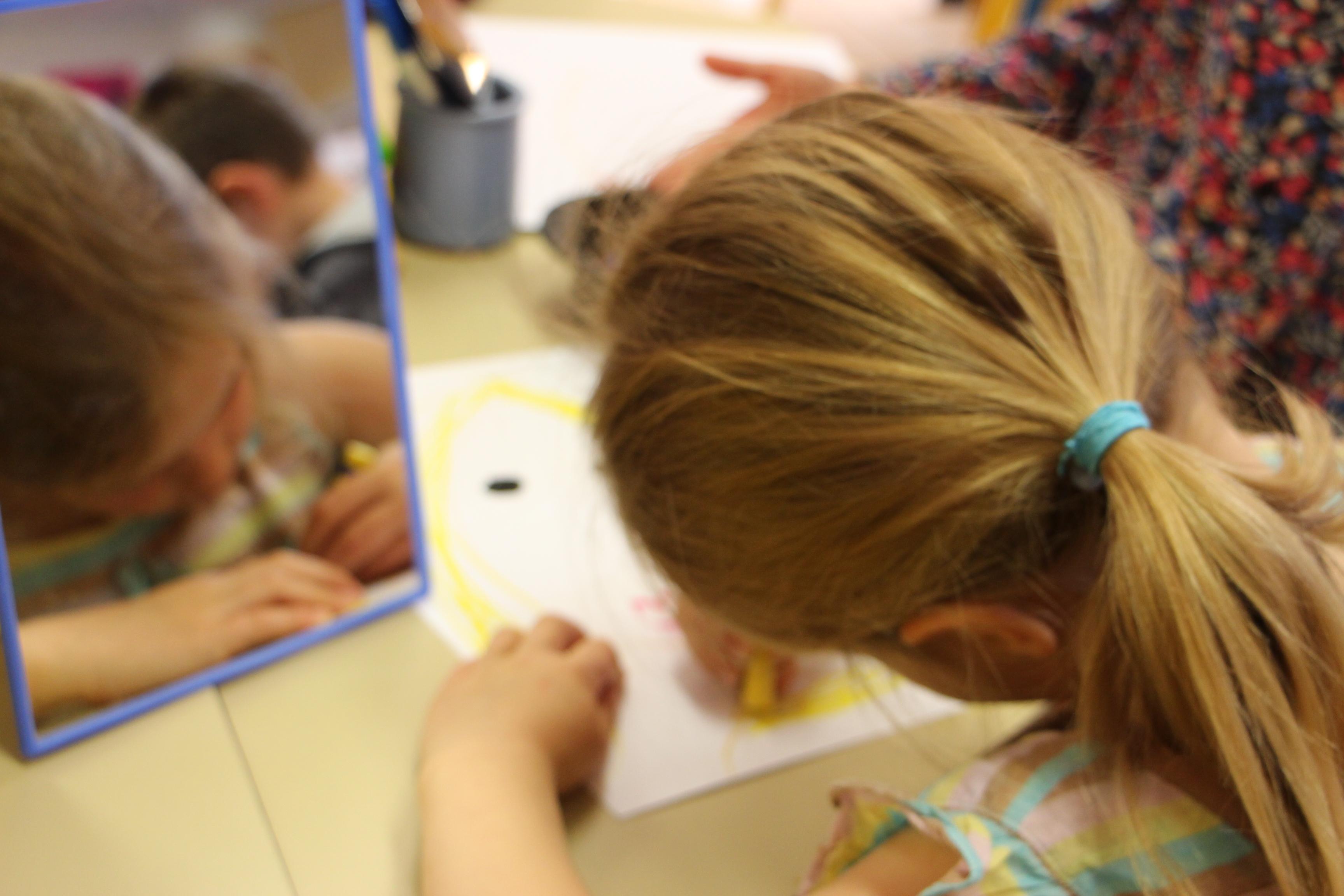 Chaque enfant de la classe de GS de Carole Torrejon réalise son autoportrait.