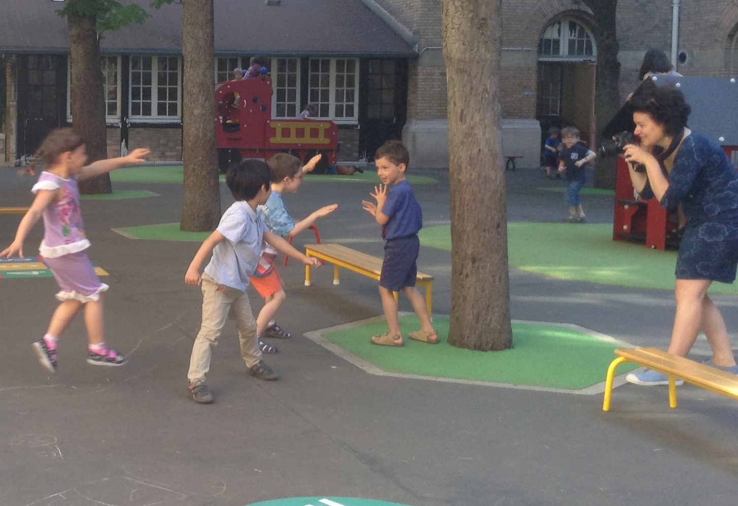Les enfants de la classe de PS/MS de Catherine Torrejon deviennent acteurs pour réaliser un mémory des jeux de la cour.