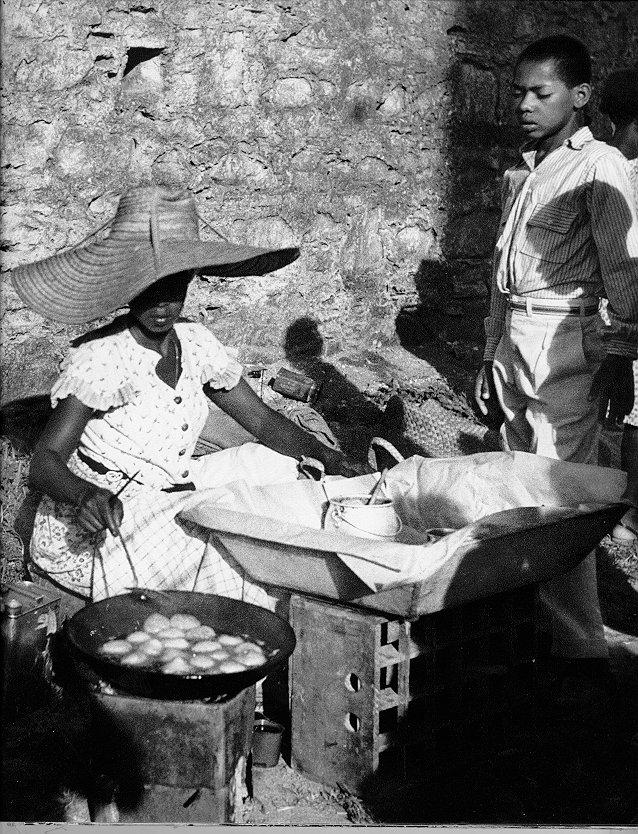 Fabrication d'acaraje dans Bahia de tous les poètes de  Pierre Verger, 1955