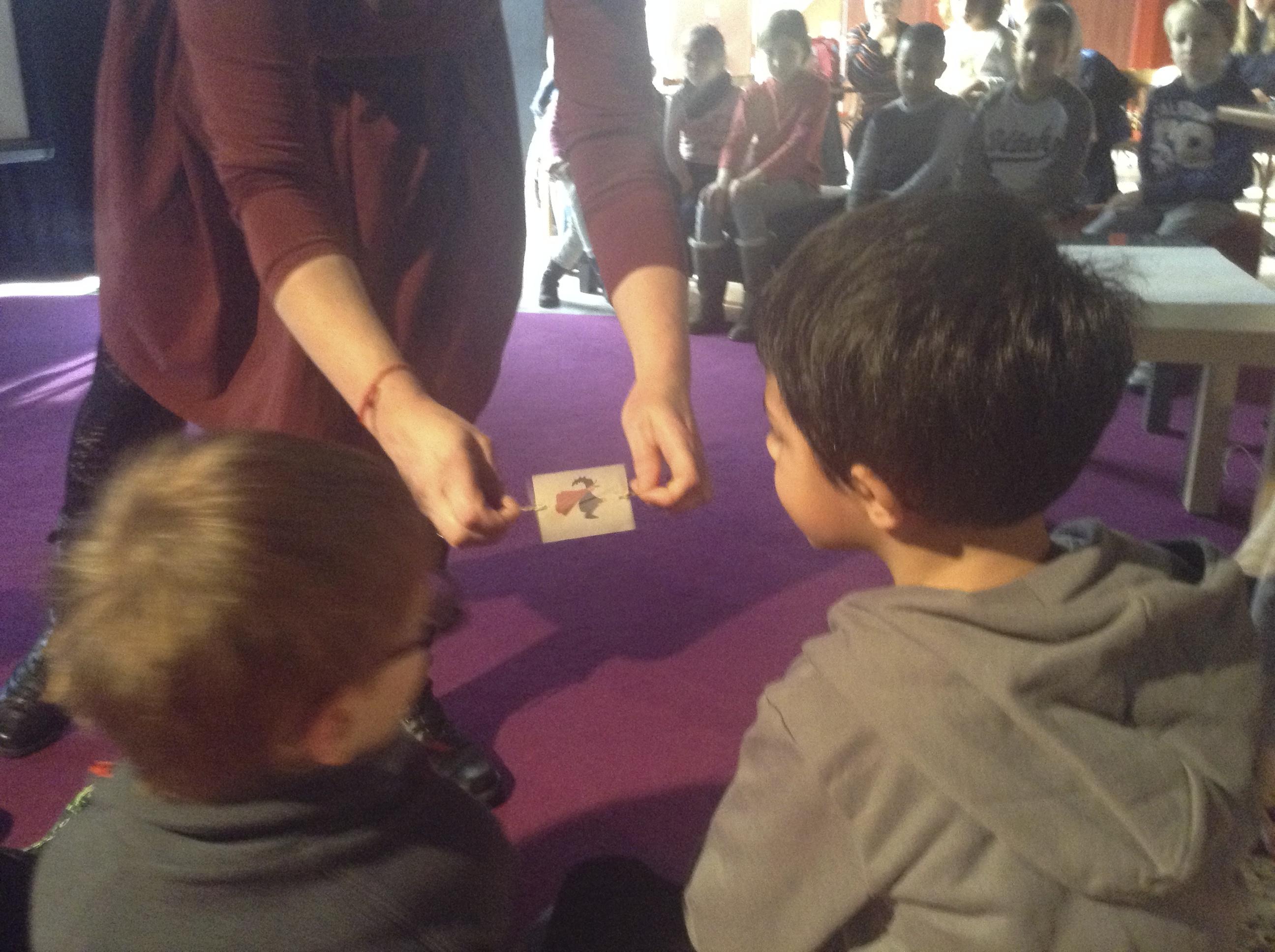 Les jouets optiques aident à comprendre le mystère des images qui bougent.