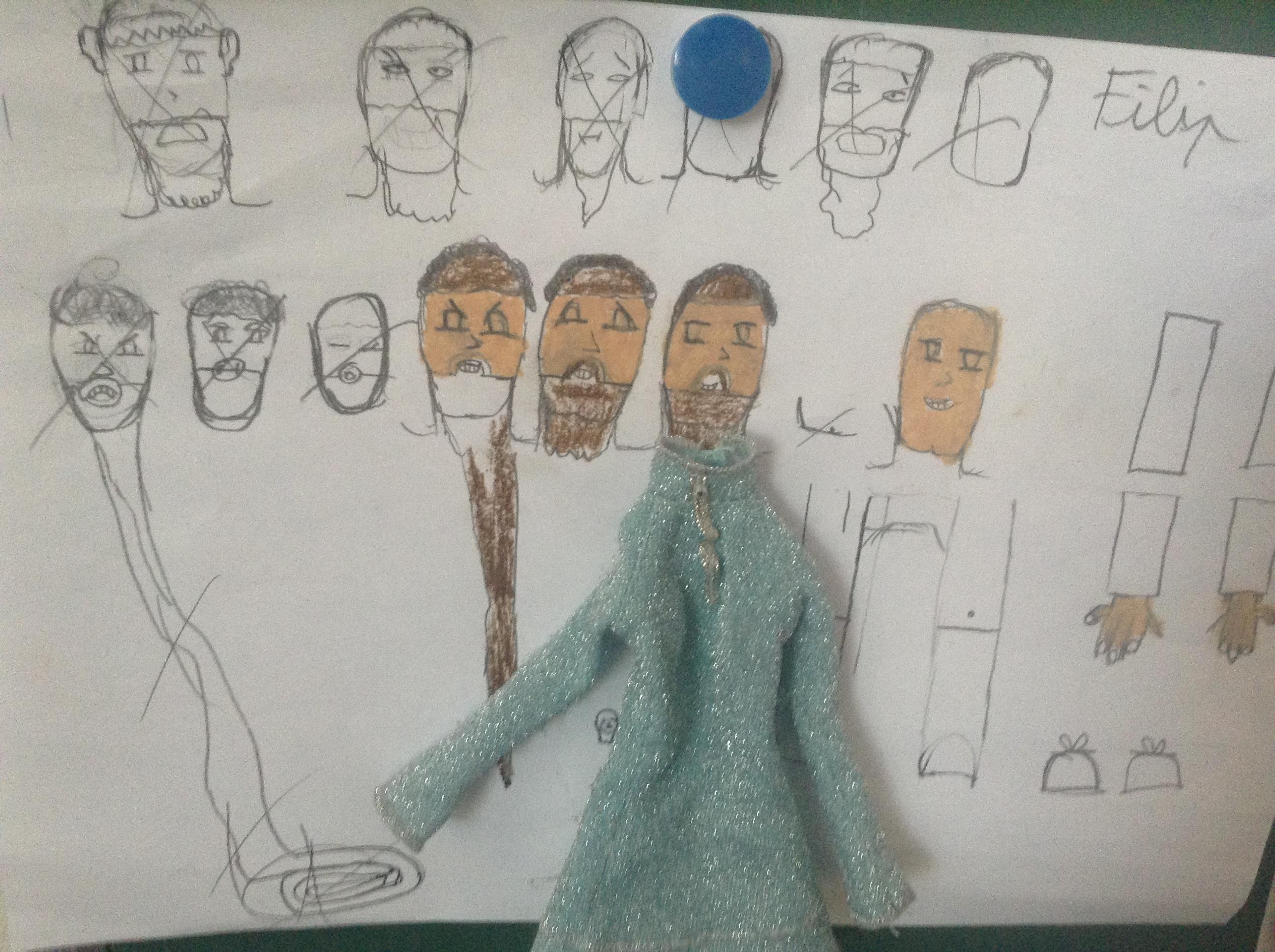 Les personnages sont créés, entre dessin et détournement d'habits de poupée...